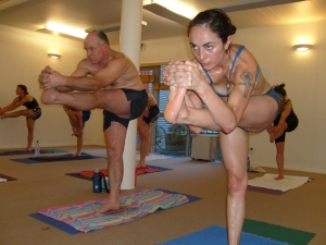 "Bikram Yoga : Leg raising ""mixte"""