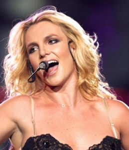 La prof de Yoga avait le même micro que Britney Spears !