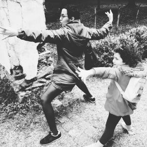 Najat et sa nièce Nora en posture du guerrier 2 :-)