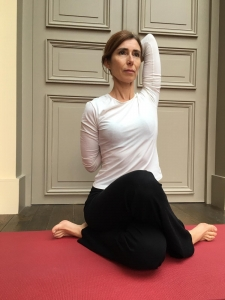 posture-tete-de-vache-yoga-yael-bloch