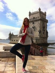 Le Yoga m'accompagne même en voyage ! Et hop ! Une petite posture de l'arbre à Lisbonne !