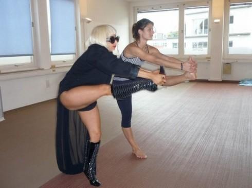 Lady-Gaga-yoga