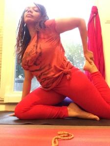 emmanuelle-posture-yoga-demi-pigeon