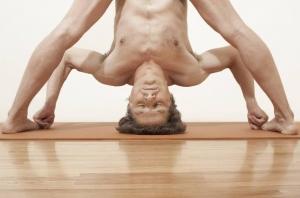 posture-yoga-nu-hommes-paris